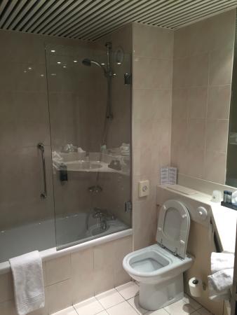 L'Amiraute: Chambre équipée d'un grand écran TV, salle de bain spacieuse. Hygiène et propreté parfaites