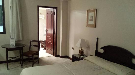 Quarto e banheiros, antigos, porém limpos Foto de Hotel