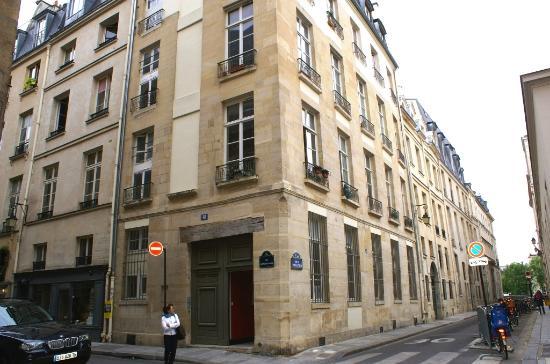 Paris, Frankrike: Rue saint Louis en l'Ile et immeuble ancien style Louis XIII