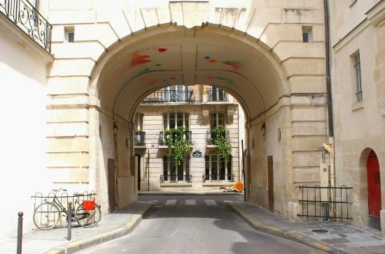 Paris, Frankrike: Porche et accès rue Saint Louis en l'Ile