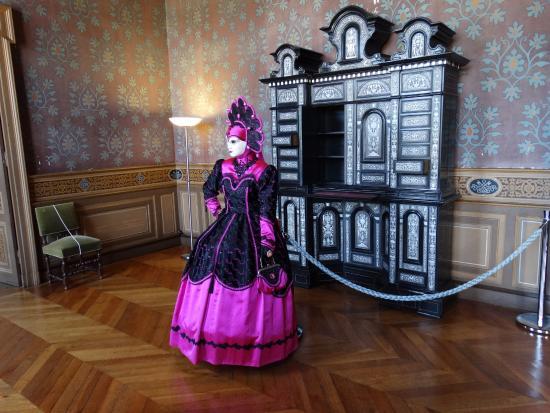 Ancy-le-Franc, Francia: Roupa de época no salão interno.