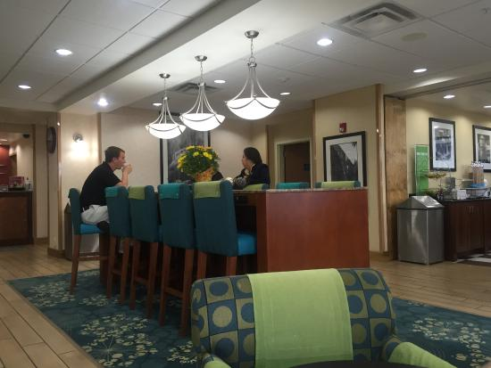 Hampton Inn Cheyenne: Eating area with plugins for computers and wifi