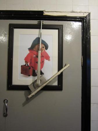 No.8 Hostel Willesden: Porta del bagno