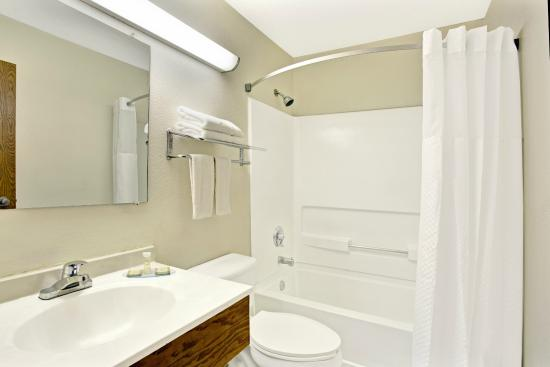 Super 8 Newport News/Jefferson Ave.: Guestroom Bathroom