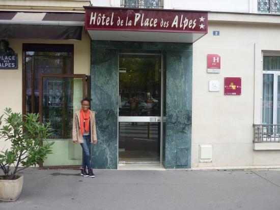 Hotel de la Place des Alpes: ma fille devant l'hôtel de la Place des Alpes