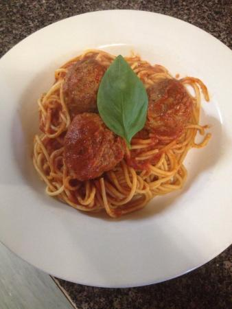 Geppettos Restaurant: Spaghetti and meatballs made in the family sauce