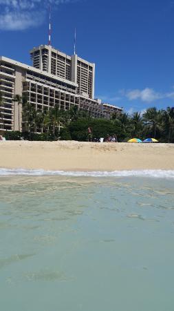 Hale Koa Hotel: beach, that is the hale koa in the background