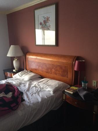 Budget Inn Motel : mismatched lamps