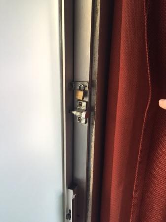 Budget Inn Motel : pad-lock on frosted slider