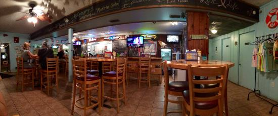 Category Three Bar & Grill: La salle et le bar