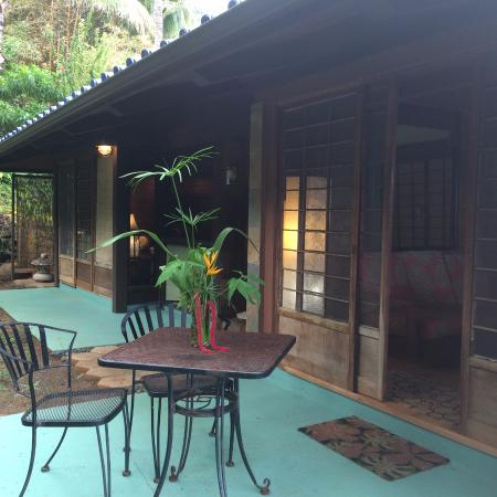Mahina Kai Bed and Breakfast: outside side view of our entire suite