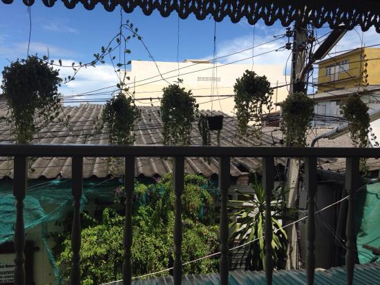 Les Bobo's Backpacker Hostel : La petite terrasse est idéale pour se poser au calme! J'aime beaucoup la déco de l'hôtel qui le