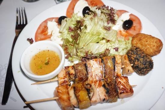 Plato combinado 4 en el que destaca la deliciosa brocheta de salmón con mango, muy bien cocinada