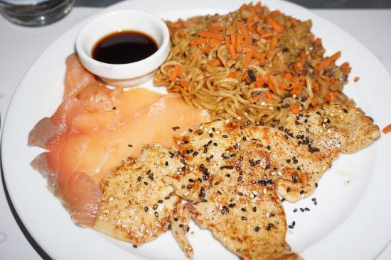 Plato combinado 14 con noodles con verduras (gustosos), salmón ahumado y pollo teriyaki