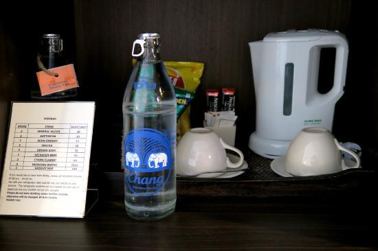 Bossotel Bangkok: 水2本 電気ポット スティックコーヒー