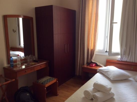 Cecil Hotel: Bedroom with double bed