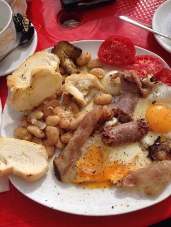 Urzulei, อิตาลี: Wir wollten nur schnell einen Kaffee trinken, haben aber dann doch gefrühstückt. Das englische F