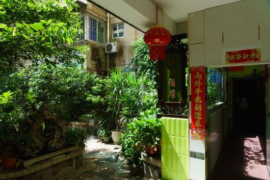Guilin Oasis Inn: 入口と庭