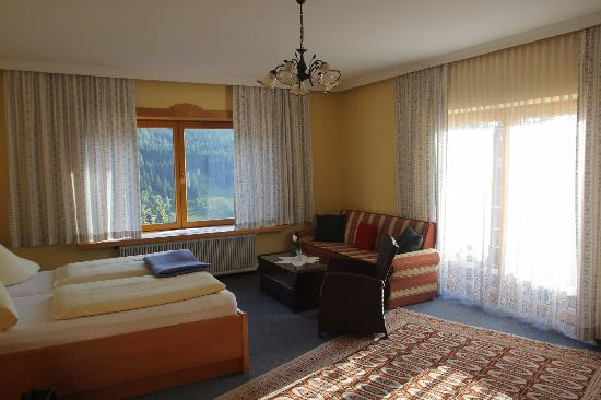 Pension Südhang: Ample double room with valley view