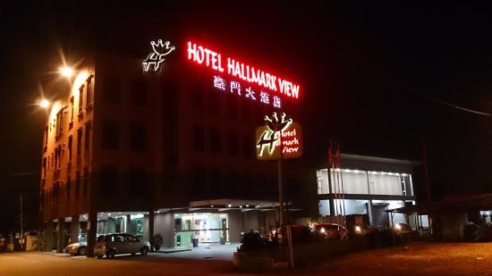 Hallmark View Hotel: Nightview of the Hotel Building