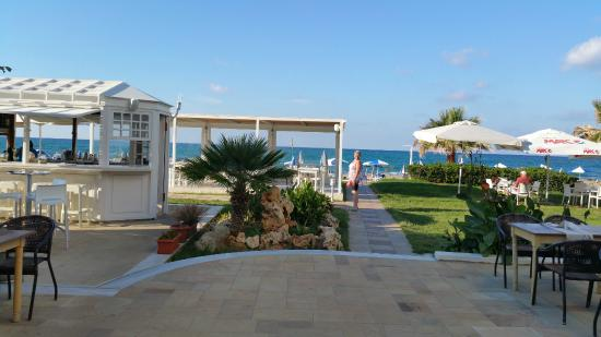 Iperion Beach Hotel: View past the hotel bar towards the sea