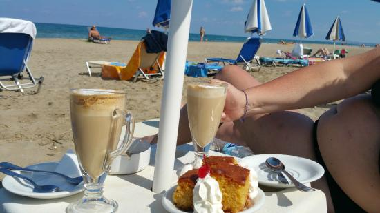 Iperion Beach Hotel: Coffee on the beach in front of the hotel