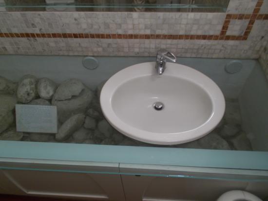 Particolare del bagno di servizio foto di caffè meletti ascoli