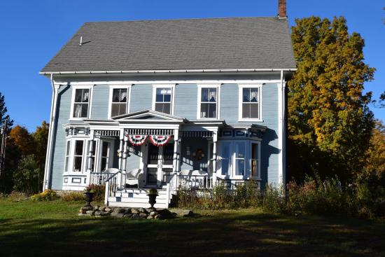 Hyde Park, VT : Front View of Fitch Hill Inn..my photo doesn't do justice to the gorgeous trees