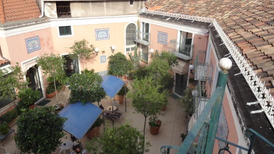 Hotel Villa Romeo: The patio