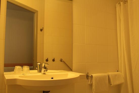 salle de bain picture of ibis budget laval bonchamp les laval tripadvisor. Black Bedroom Furniture Sets. Home Design Ideas