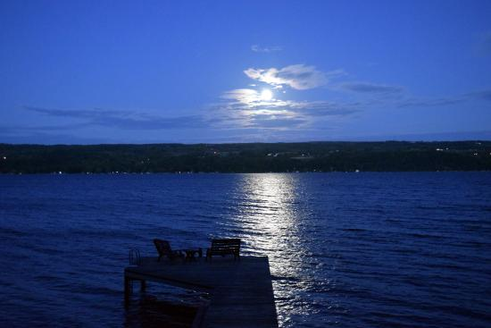 The Pearl of Seneca Lake B&B: Moonrise over Seneca Lake as seen from the dock