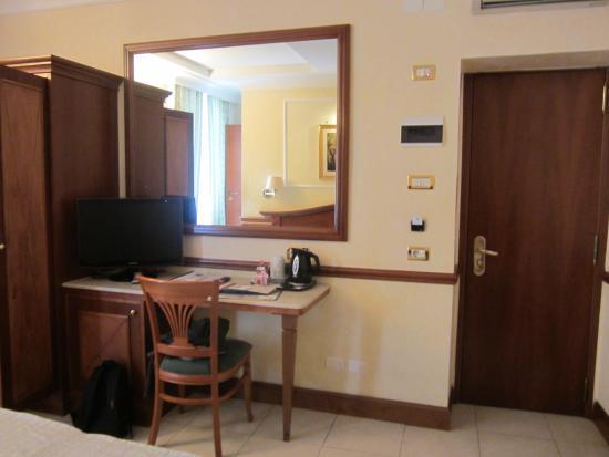 Hotel Hiberia: Hiberia Hotel our nice spacious room