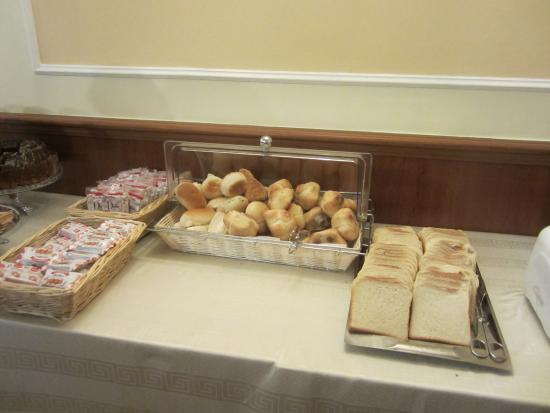 Hotel Hiberia: Hiberia Hotel Breakfast Room  fresh assorted breads
