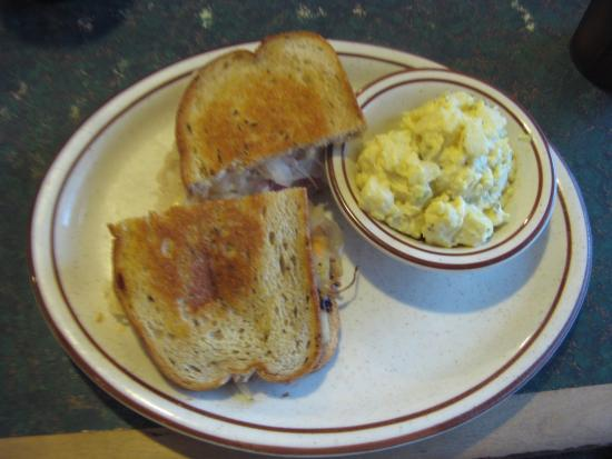 Chester, Калифорния: Ruben Sandwich with potato salad