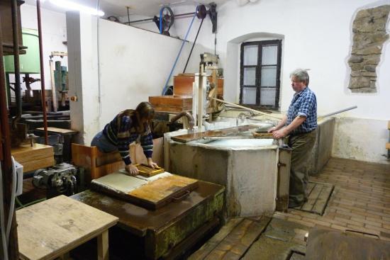 Velke Losiny, República Checa: lisování jednotlivých papírů