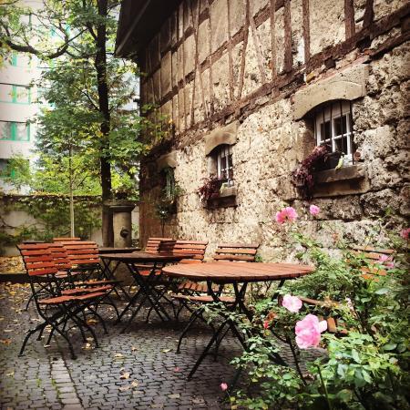 Gasthaus Rössle: Piccolo hotel sulla via per Stoccarda, pulizia ottima, camera spaziosa e personale molto disponi