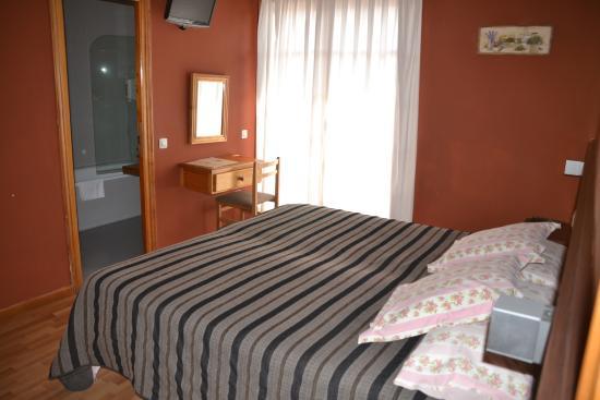Hotel Esquirol: Detalle zona tv habitación
