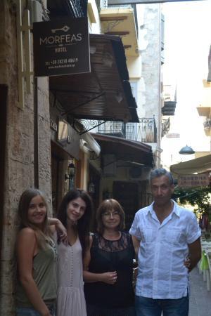 Hotel Morfeas : Амалия с гостями отеля в чудесном настроении