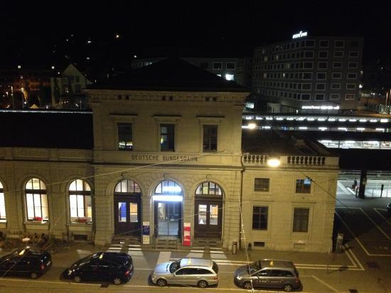 Best Western Plus Hotel Bahnhof: נוף לתחנת הרכבת בלילה