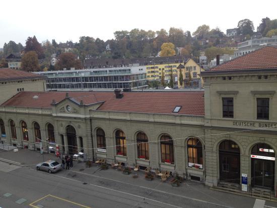 Best Western Plus Hotel Bahnhof: נוף לתחנת הרכבת כיוון מערב