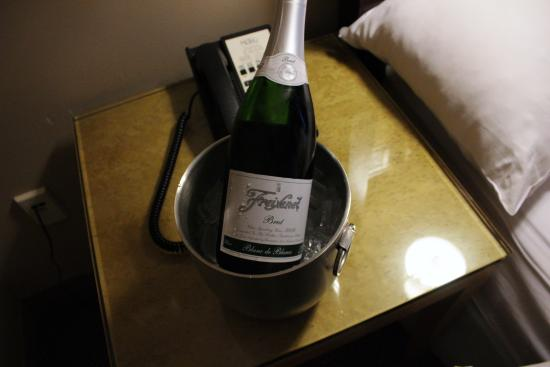 Hotel Metro : Free sparkling wine! Thank you Jesse!