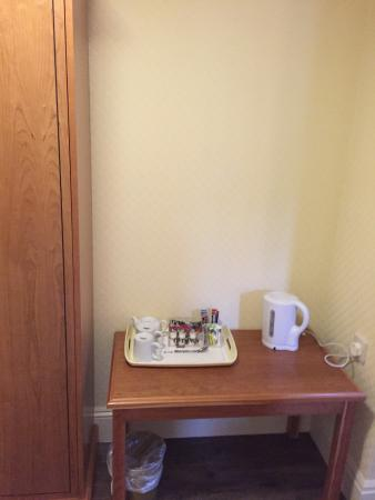 Falfield, UK: Four poster bed room with complimentary chocolates, water and biscuits. Jacuzzi bath and bathrob