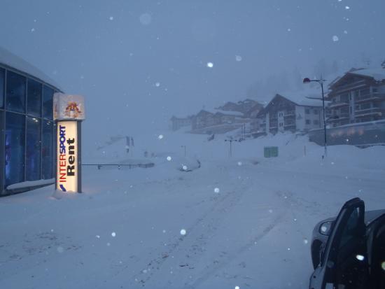 Hotel Winter: Blick zum Hotel