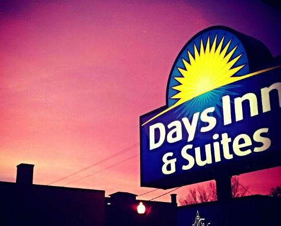 Days Inn & Suites Rhinelander: Sunset from Parking Lot
