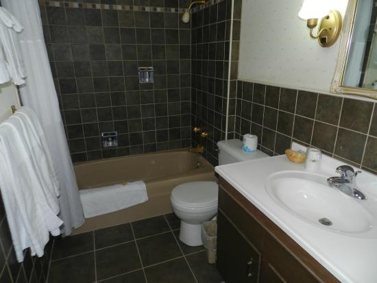 Days Inn & Suites Rhinelander: Suite Bathroom