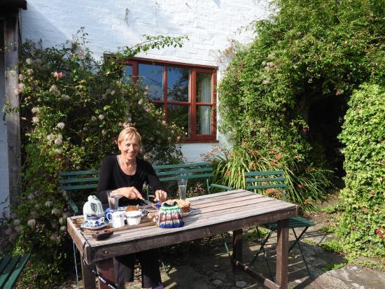 Heath Cottage Farm B&B: Tea with homemade cake in the garden