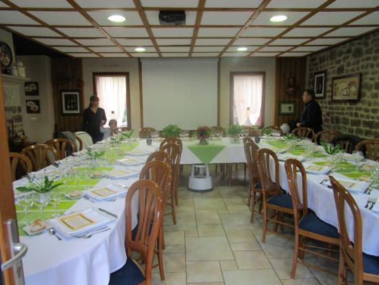 La grande salle dress e pour 40 personnes picture of la for Table 3 personnes