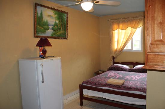 Tropicana Lodge: heladera + cama