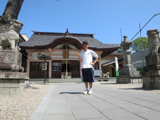 Tatsuki Shrine: 拝殿の前で