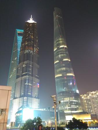 Región de Shanghái, China: 2015 9月の上海・左から上海ワールドフィナンシャルセンター・金茂大廈・上海タワー。圧巻の高さです。